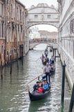 Góndolas encendido en un canal veneciano debajo del puente de suspiros, Venecia, Italia Fotos de archivo libres de regalías