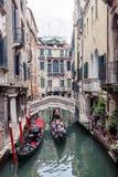 Góndolas encendido en un canal veneciano, Venecia, Italia imagenes de archivo