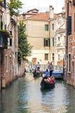 Góndolas encendido en un canal veneciano, Venecia, Italia Fotografía de archivo