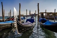 Góndolas flotantes en Venecia, Italia Foto de archivo libre de regalías