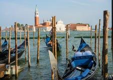 Góndolas hermosas que se acercan a los embarcaderos de Venecia Imágenes de archivo libres de regalías