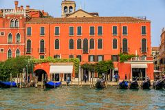 Góndolas a lo largo de edificios en Grand Canal de Venecia Italia Fotos de archivo libres de regalías