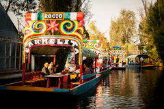 Góndolas mexicanas coloridas en los jardines flotantes de Xochimilco en M Imagen de archivo libre de regalías