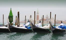 Góndolas nevadas, Venecia en invierno Foto de archivo