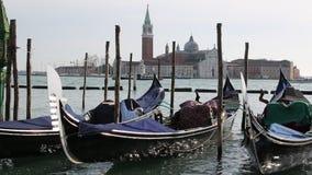 Góndolas para transportar a los turistas amarrados en Venecia cerca del santo Mark Square