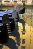 Góndolas que reflejan en el agua, Venecia, Italia. Foto de archivo libre de regalías