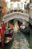 Góndolas típicas de Venecia Imágenes de archivo libres de regalías