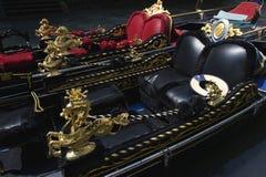 Góndolas venecianas negras y rojas adornadas Venecia Italia Fotografía de archivo