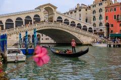Góndolas y barcos por el puente de Rialto en Grand Canal de Venecia Fotos de archivo libres de regalías