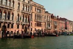 Góndolas y edificios en Venecia, Italia Imagen de archivo