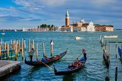 Góndolas y en la laguna de Venecia por el cuadrado de Mark San Marco del santo imágenes de archivo libres de regalías