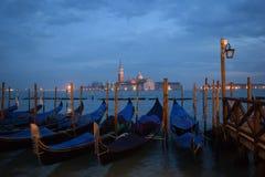 Góndolas y San Giorgio Maggiore por la tarde Imágenes de archivo libres de regalías