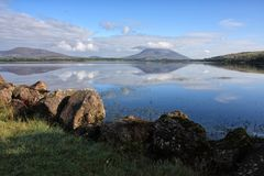Gór i chmur odbicie w wodzie, nephin prowadnikowy Mayo Irlandia Fotografia Royalty Free