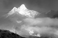 Góra Ama Dablam wśród chmur Fotografia Stock