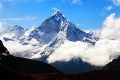 Góra Ama Dablam wśród chmur Zdjęcia Royalty Free