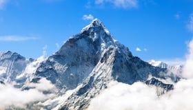 Góra Ama Dablam wśród chmur Zdjęcie Stock
