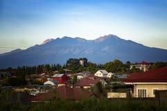 Góra Apo od Cabantian, Davao miasto, Filipiny obraz stock
