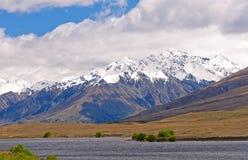 Śnieg Nakrywać góry nad Daleki jezioro zdjęcie royalty free