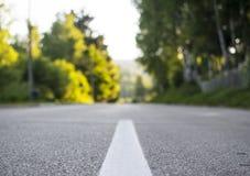 Góra, asfaltowa droga na zmierzchu Blured fotografia Zdjęcie Royalty Free