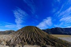 Góra Batok pod niebieskim niebem Obrazy Royalty Free