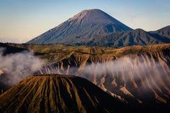 Góra Batok z górą Semeru w Wschodnim Jawa Fotografia Stock