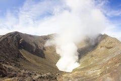 Góra Bromo która produkuje dym, Obrazy Royalty Free