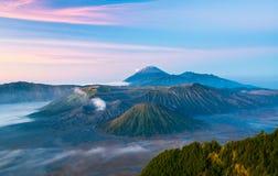 Góra Bromo podczas wschodu słońca czasu z mgłą Obraz Stock