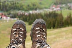 Góra butów trekking zakończenie po długiej podróży przez gór Fotografia Royalty Free