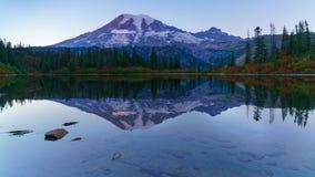 Góra Dżdżysta Przy Ławka jeziorem zdjęcia stock