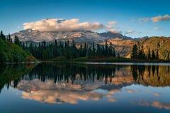 Góra Dżdżysta Przy Ławka jeziorem obrazy royalty free