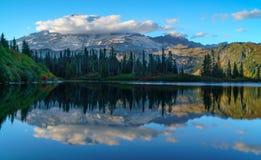 Góra Dżdżysta Przy Ławka jeziorem obraz stock