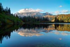 Góra Dżdżysta Przy Ławka jeziorem zdjęcie royalty free