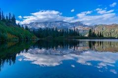 Góra Dżdżysta Przy Ławka jeziorem fotografia royalty free