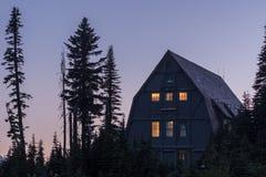 Góra Dżdżystego przewdonika Usługowy budynek przy zmierzchem zdjęcia stock