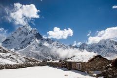 Góra dom w śniegu pod Ama Dablam górą Obrazy Stock