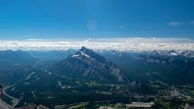 Góra, droga, drzewa, chmura, niebieskie niebo piękny dorośleć zdjęcie stock