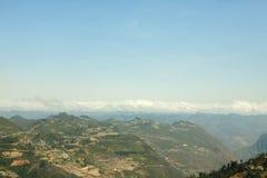 Góra, droga i chmura, niebieskie niebo przy płuca Cu obraz royalty free