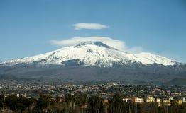 Góra Etna z śnieżystym szczytem Panoramiczna fotografia Fotografia Stock