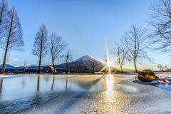 Góra Fuji z słońce wzrostem przy FumoToppara campsite w zimie obrazy royalty free