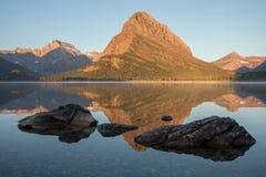 Góra Grinnell odbijający w Swiftcurrent jeziorze zdjęcia royalty free