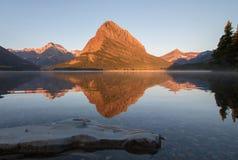 Góra Grinnell odbijający w Swiftcurrent jeziorze obraz royalty free