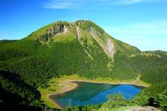 Góra i błękit staw Fotografia Royalty Free