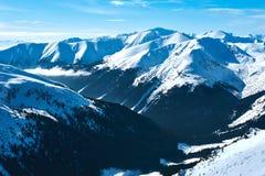 Góra i doliny zakrywający z śniegiem i chmurami Obraz Royalty Free