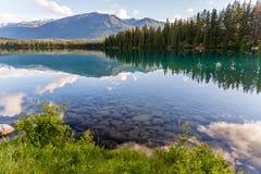 Góra i jezioro z odbiciem i kamieniami zdjęcia stock