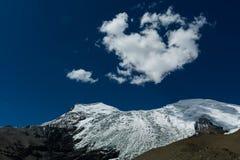 Góra i niebieskie niebo Fotografia Stock