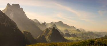 Góra i niebieskie niebo przy Kasja, Laos zdjęcie royalty free