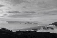 Góra i niebo w czarny i biały fotografia royalty free
