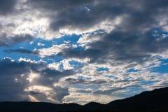 góra i zmierzchu niebo w tle Fotografia Stock