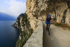 Góra jechać na rowerze na Jeziornym Gardzie, Sentiero della Ponale, Riva Del G Obraz Royalty Free