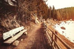 Góra krajobraz, drewniana ławka i ślad, zdjęcie royalty free